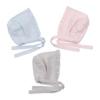 Conjunto de três toucas de bebé em algodão em azul claro, cinzento e rosa claro.