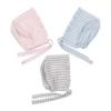 Toucas de bebé em tecido de algodão com riscas em três cores, rosa, azul ou cinzento.