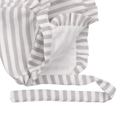 Vista de pormenor do forro interior de uma touca de bebé em algodão com riscas cinzentas.