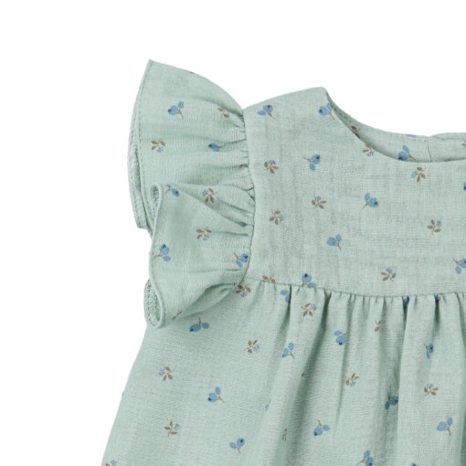 Manga curta com folho de vestido de bebé em tecido verde com estampados de flores feito em tecido 100% algodão orgânico.